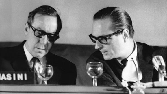 Michel Debré et Jacques Chiracà la tribune pendant les assises nationales de l\'UDR , à Strasbourg le 21 novembre 1971.