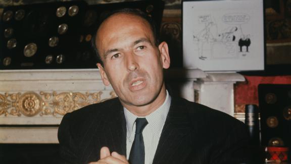 Valéry Giscard d\'Estaing lors d\'une conférence de presse au ministère des Finances en 1965.