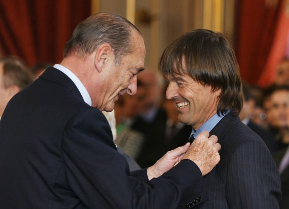 Nicolas Hulot décoré par Jacques Chirac, le 17 février 2003, à l\'Elysée.