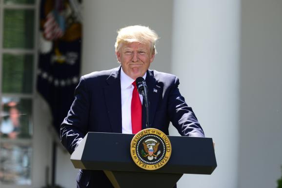 Le président américain Donald Trump, le 1er juin 2017, dans les jardins de la Maison Blanche, à Washington (Etats-Uni), lors de l\'annonce du retrait américain de l\'accord de Paris sur le climat.