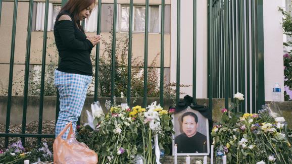 Une habitante d\'Aubervilliers rend hommage àZhang Chaolin sur le lieu de son agression, le 14 août 2016.