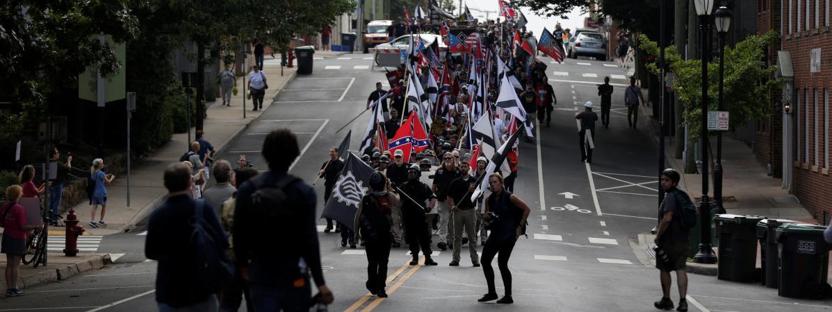 Des manifestants d\'extrême droite marchent dans les rues de Charlottesville, samedi 12 août 2017.