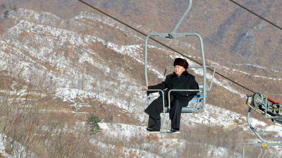 Kim Jong-un, sur un télésiège de la station de ski du mont Masik, lors de sa visite d\'inauguration le 31 décembre 2013.