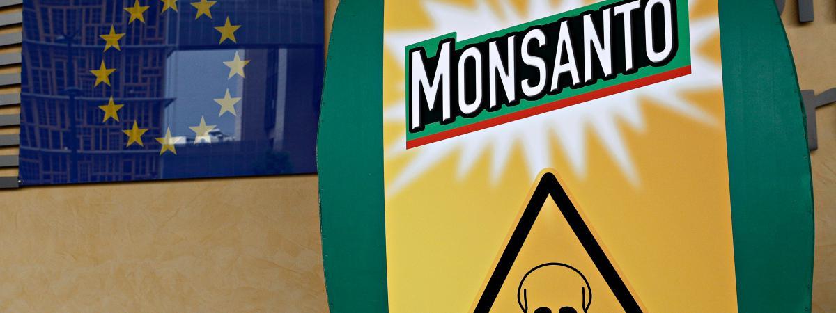 Des activistes protestent contre la firme Monsanto à l\'extérieur de la Commission européenne, à Bruxelles (Belgique), le 19 juillet 2017.