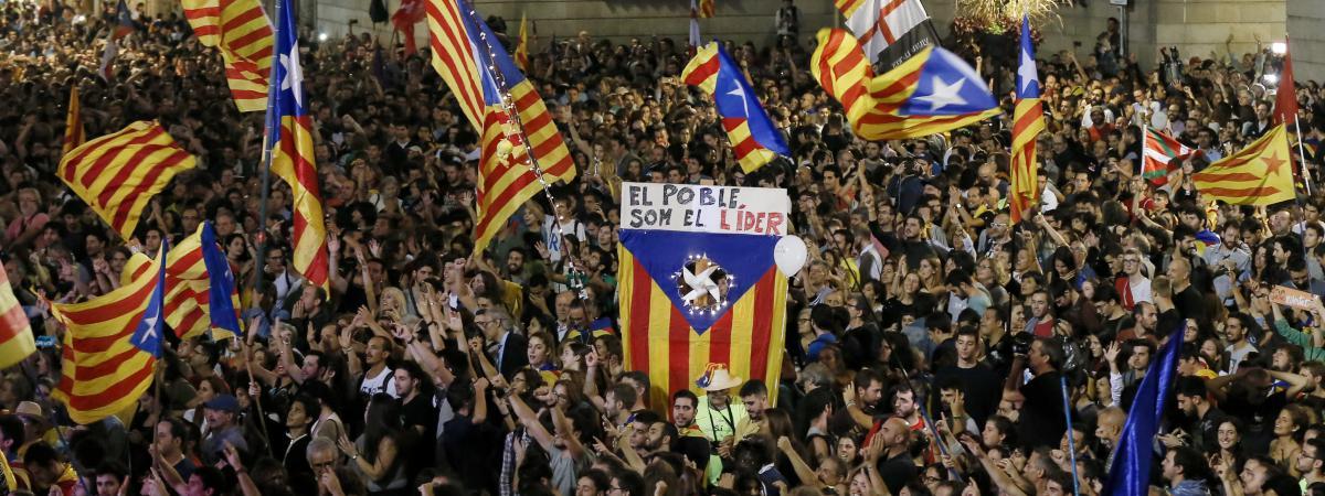 Des Barcelonais célèbrent la déclaration d\'indépendance de la Catalogne, samedi 27 octobre 2017.