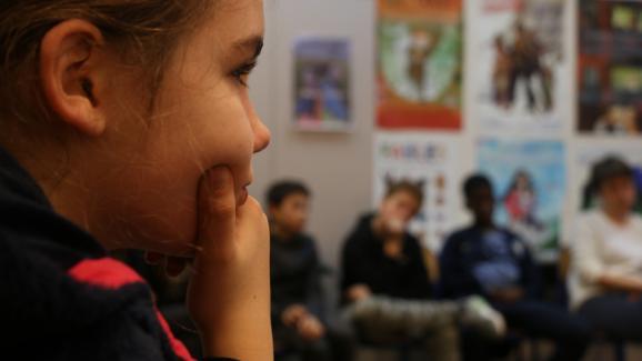 Une élève de cinquième et plusieurs de ses camarades lors d'un débat avec des animateurs de l'association Dans le genre égales, le 5 décembre 2017, au collège Henri-Matisse, à Paris.