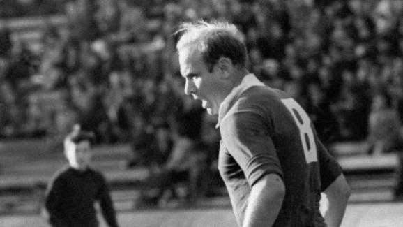 Le milieu de terrain soviétique Eduard Streltsov lors d\'un match, en 1965.