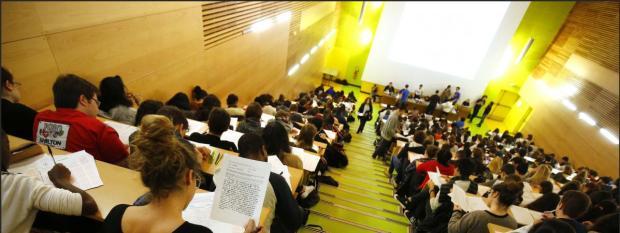 Des étudiants suivent un cours à la faculté de médecine de Paris, le 27 janvier 2016.