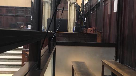 L\'intérieur du box vitré d\'une salle d\'audience du tribunal de Rouen, photographié par Julia Massardier.