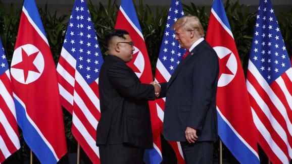 Donald Trump et Kim Jong-un sur l\'île de Sentosa à Singapour, le 12 juin 2018.