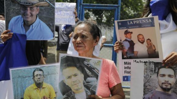"""Une femme, proche d\'un détenu enfermé pour avoir participé à des mobilisations contre le gouvernement, manifeste devant la prison \""""El Chipote\"""", à Managua, le 2 juillet 2018."""