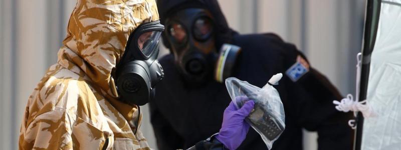 Des membres de la police scientifique, en tenue protectrice, travaillent au domicile d\'un homme empoisonné au Novitchok, le 6 juillet 2018, à Amesbury (Salisbury).
