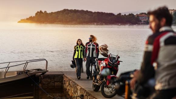 Il est désormais possible de prendre la route des vacances à moto équipés de vêtements légers, aérés et dotés de toutes les coques de sécurité.