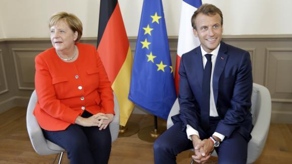 Le président français Emmanuel Macron porte la montre tricolore de Lip au poignet lors d\'une rencontre avec la chancelière allemande Angela Merkel, à Marseille (Bouches-du-Rhône), le 7 septembre 2018.