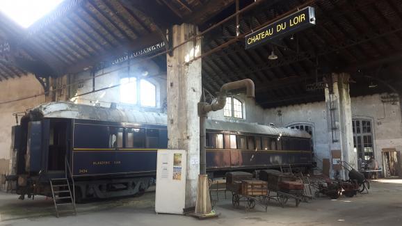 Un wagon-lit de l\'Orient Express, remisé dans la rotonde de Montabon.