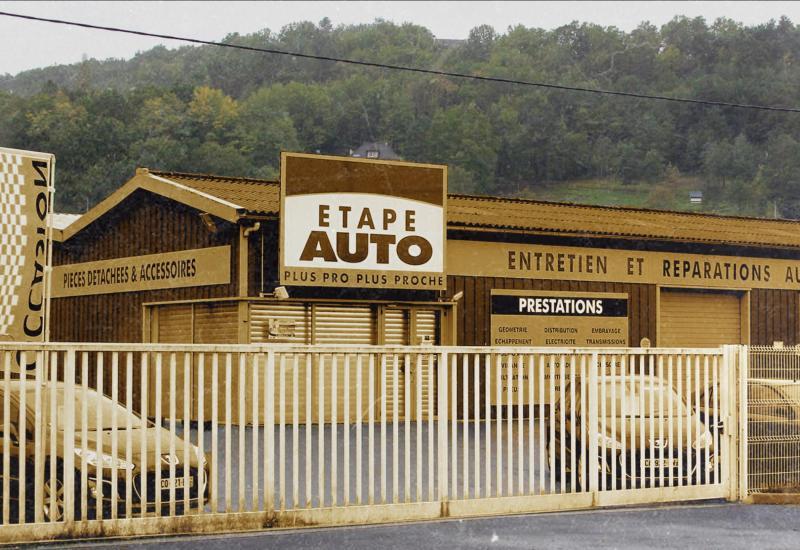 Le garage Etape Auto dans lequel la petite Séréna a été découverte, à Terrasson-Lavilledieu (Dordogne), le 25 octobre 2013.
