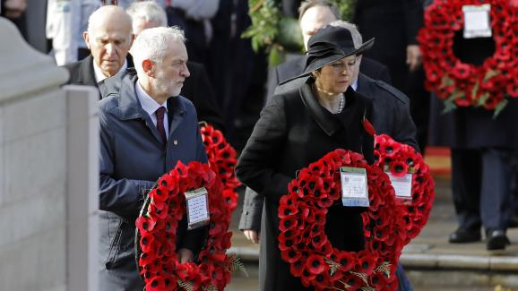Theresa May en compagnie de Jeremy Corbyn lors d\'une cérémonie organisée à Londres, (Royaume-uni), le 11 novembre 2018.