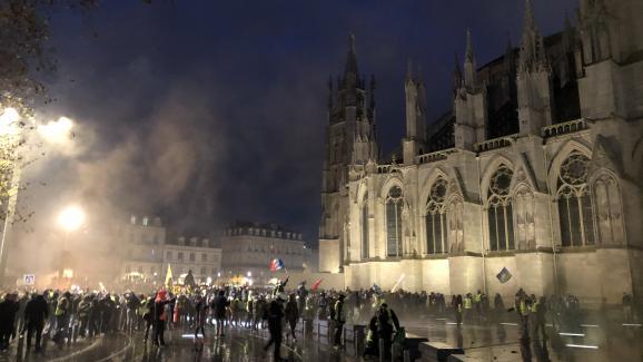 Affrontements entre manifestants et forces de l'ordre devant l\'hôtel de ville et la cathédrale Saint-André de Bordeaux, le 12 janvier 2019.
