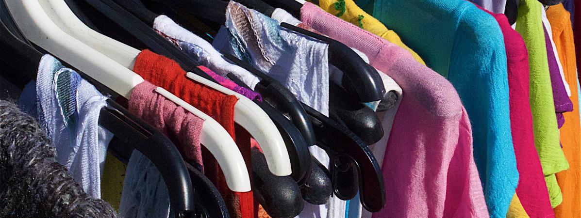 Les vêtements font partie des produits qui sont encore parfois détruits par les enseignes de vente, plutôt que donnés ou recyclés. (illustration)
