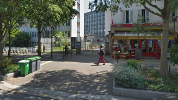 Vue sur la grille d\'accès au 97 boulevard de l\'Hôpital, dans le 13e arrondissement de Paris.