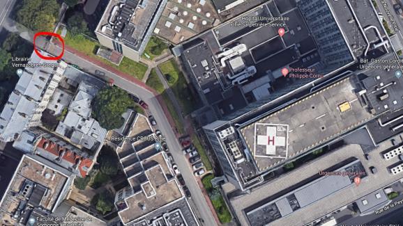 Vue aérienne de l\'entrée de la Pitié-Salpêtrière au 97 boulevard de l\'Hôpital, donnant sur le bâtiment des urgences.