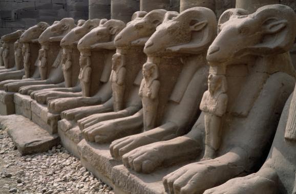 L\'allée des sphinx dans le temple de Karnak à Louxor (Egypte)