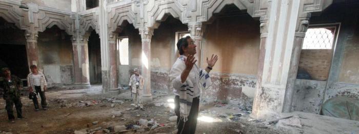 Juif originaire de Libye en prière dans une ancienne synagogue de Tripoli, aujourd\'hui à l\'abandon. 38 000 juifs libyens ont été expulsés par le colonel Kadhafi en 1969. La plupart des synagogues du pays ont été détruites ou converties en mosquées.
