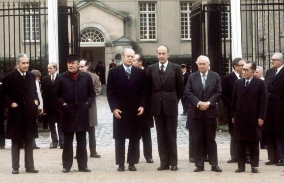 Photo de famille des chefs d\'Etat ou de gouvernement avant la clôture de la conférence des six pays les plus industrialisés, le 17 novembre 1975 au château de Rambouillet (Yvelines). De g. à dr. : Aldo Moro (Italie), Helmut Schmidt (RFA), Gerald Ford (Etats-Unis), Valery Giscard d\'Estaing (France), Harold Wilson (Royaume-Uni) et Takeo Miki (Japon).