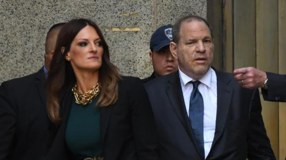 L\'avocate Donna Rotunno et Harvey Weinstein à la sortie du tribunal de New York, le11 juillet 2019.