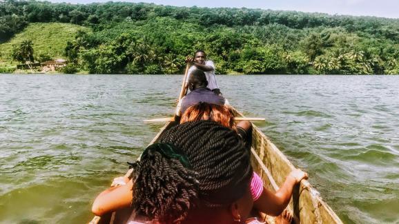 Viaje en canoa con una guía marfileña para viajeros de tren y viajes