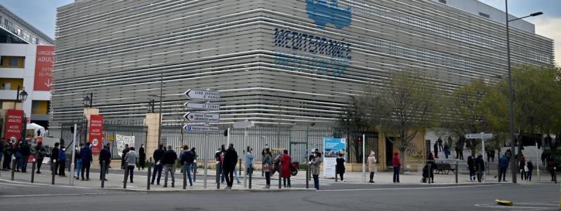 Des Marseillais faisant la queue pour être testés pour le coronavirus, le 23mars 2020.
