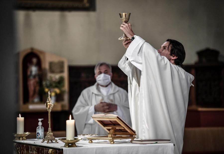 Un prêtre célèbre une messe à l\'église Saint-Jean-Baptiste de Neuilly-sur-Seine (Hauts-de-Seine), le 23 mai 2020, au premier jour de la reprise des cérémonies religieuses.
