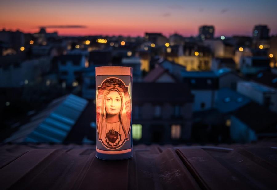 A Bois-Colombes (Hauts-de-Seine), le 25 mars 2020, une bougie brûle pour rendre hommage aux victimes de l\'épidémie et aux soignants.