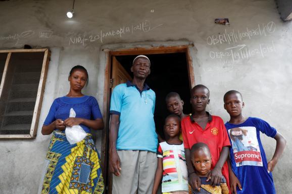 Une famille devant sa maison à Lagos, au Nigeria, le 25 avril 2020