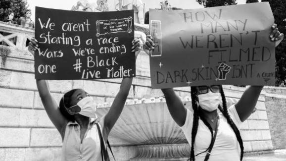 Des manifestantes portent des pancartes pour dénoncer le racisme à Rome (Italie), le 7 juin 2020.