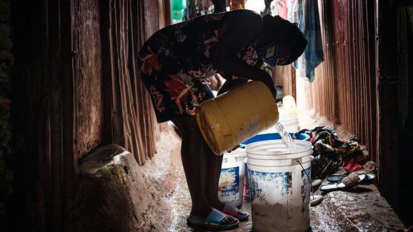 Linnet, 16 ans, enceinte d'environ 3 mois,dans la maison de sa sœur dans le bidonville de Raila, à côté du bidonville de Kibera, à Nairobi, le 15 juillet 2020.