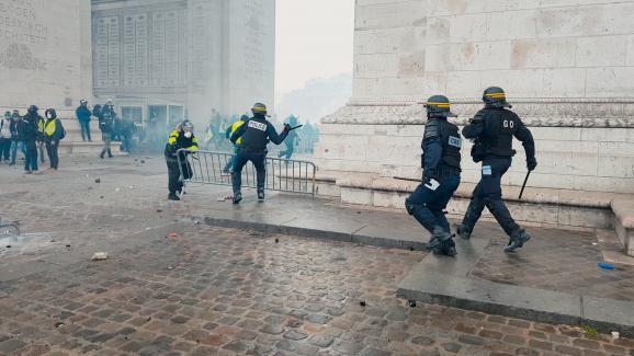 """Intervention des forces de l\'ordre lors d\'une manifestation des gilets jaunes à l\'Arc de Triomphe à Paris. Une image extraite du documentaire \""""Un pays qui se tient sage\"""" de David Dufresne."""