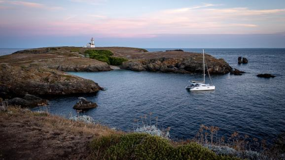 Belle-Ile is the largest Breton island.  And it lives up to its name with its 58 beaches and coves bathed in emerald water, its black shale cliffs and the storms that come to set it all to music!