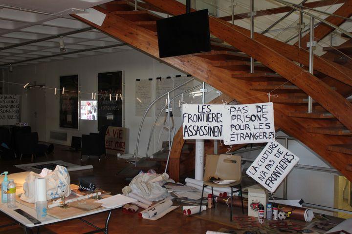 """studio """"bannière"""" Mise en place par les habitants le 30 mars 2021 dans la salle du Théâtre d'Orléans (Loiret).  (GUILLEMETTE JEANNOT / FRANCEINFO)"""