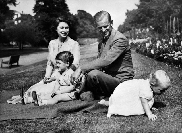 Le prince Philip, la reine Elizabeth II, le prince Charles et la princesse Anne enfants. Photo non datée. (AFP)