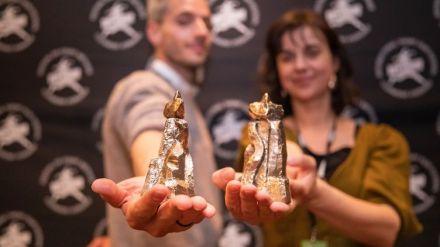 Les réalisateurs Jorge Cantos et Soetkin Verstegen, grand prix et prix spécial labo, et leurs Vercingétorix en 2020. (SQPLCM - Baptiste Chanat)