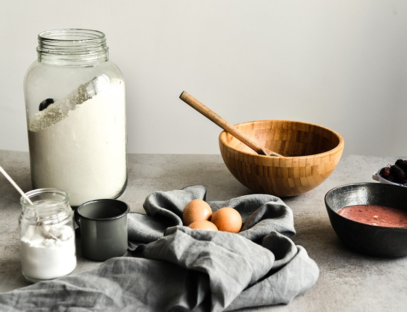 bolo de iogurte com calda de amora e framboesas
