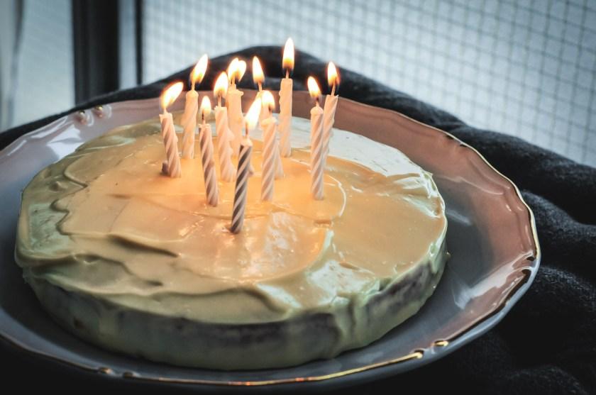 bolo de amêndoa com cobertura de cream cheese