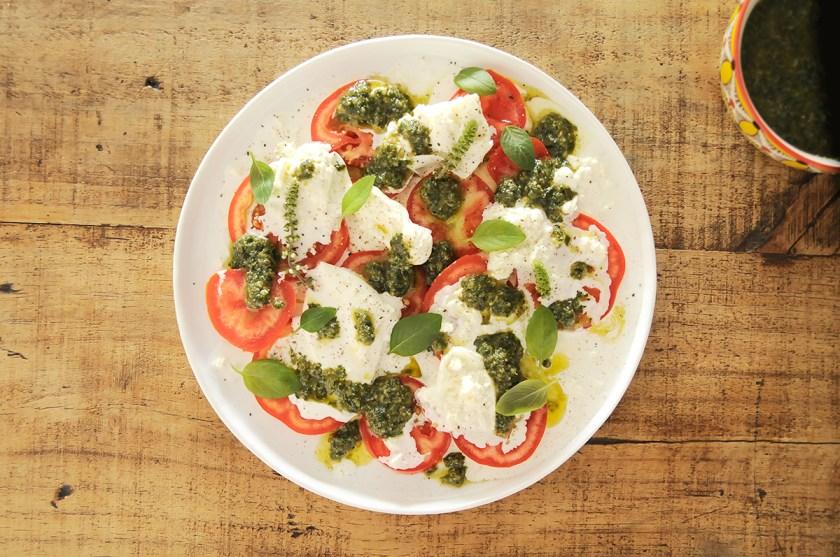 salada caprese com burrata e pesto