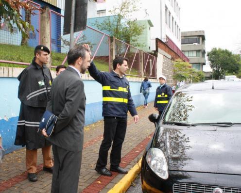 Tenente Dallagnol (PM), promotor Eduardo Monteiro e Rudimar Czerniaski (Debetran) estiveram coordenando a ação de orientação