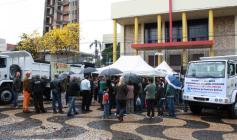 Mesmo com chuva, ato de entrega foi prestigiado, sábado na praça central