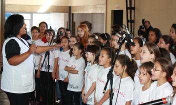 Regido pela maestrina Adriana Lima, o coral da Escola Oficina interpretou composições de Vinícius de Moraes