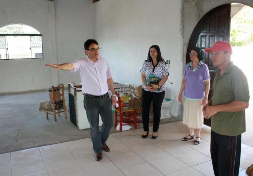 Irmã Inês levou o prefeito e a primeira dama para visitar as obras da nova igreja do padre Ulrico