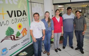 Vinicius Fogaça e Douglas Bergamo com Camila, Daniela e Sidney, da secretaria de Desenvolvimento Rural