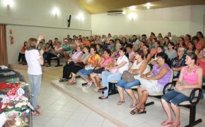 Terezinha Trevisan, coordenadora dos clubes de mães, fala durante encontro no Centro de Eventos